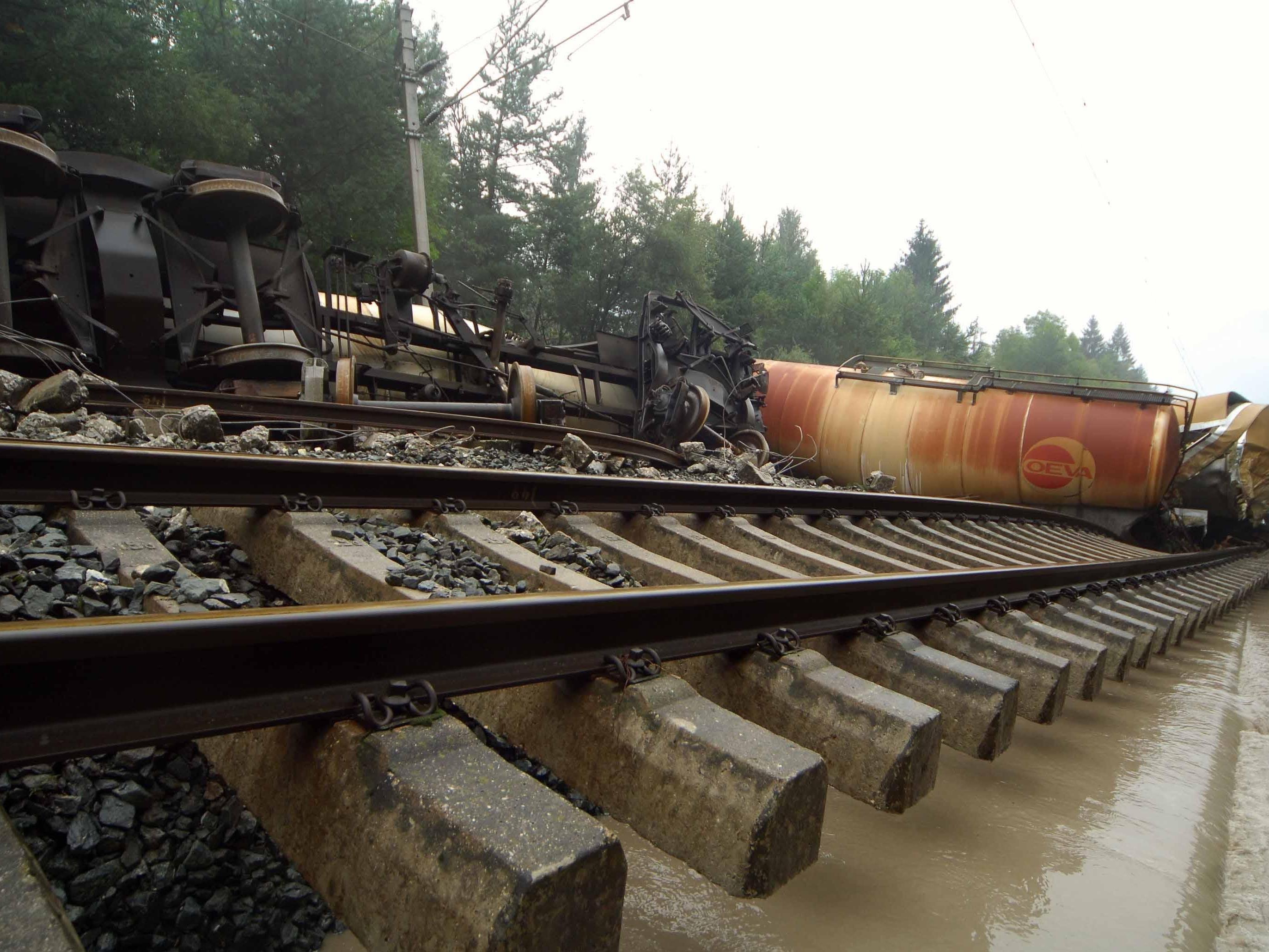 Beim Hochwasser im Jahr 2005 entgleiste unter anderem ein Güterzug.