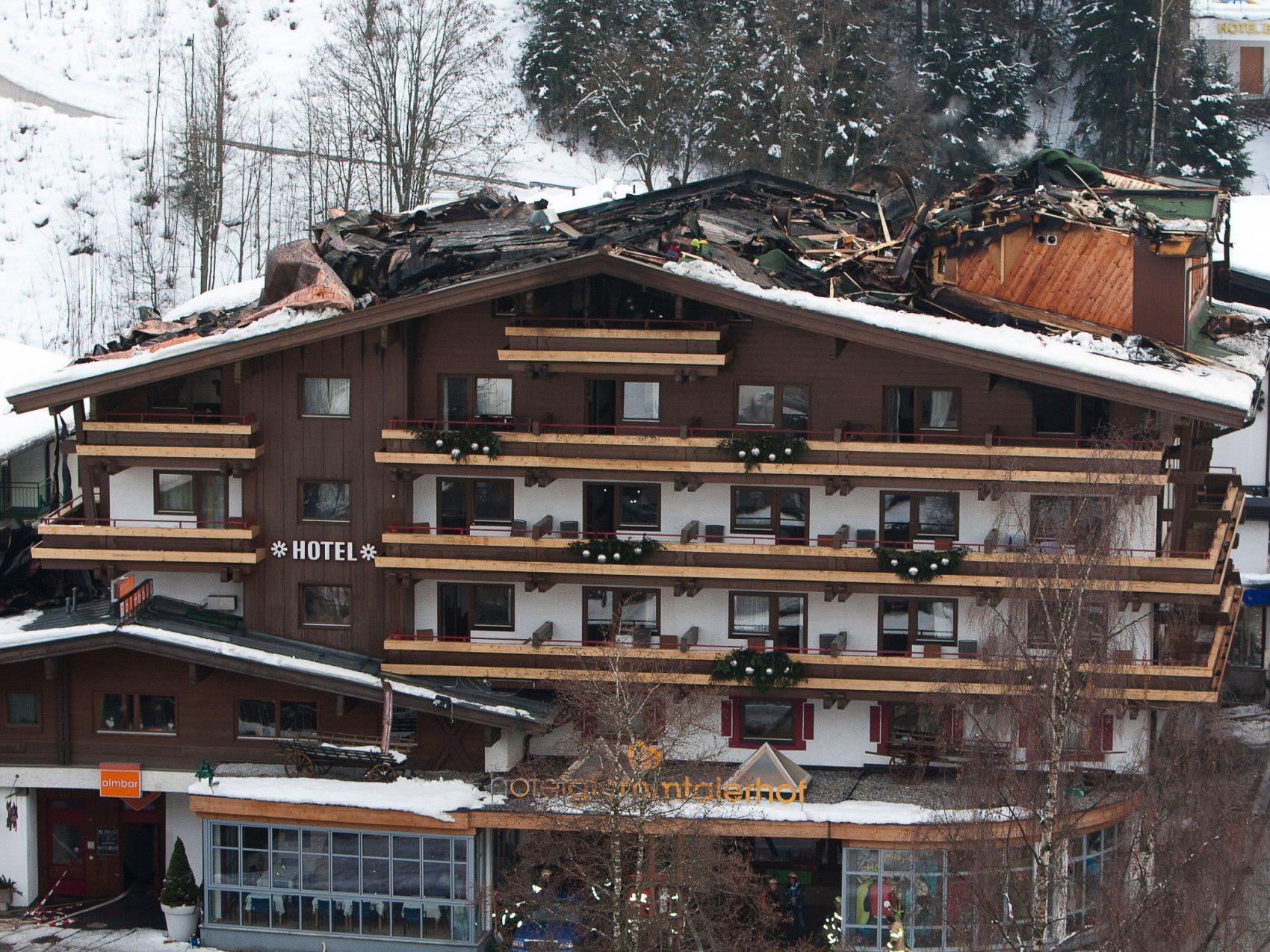 Trupps zur Bergung von Habseligkeiten gebildet - fünf Experten ermitteln die Brandursache.