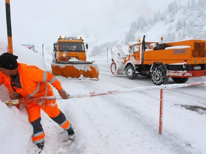 Die Zufahrtswege zu Bergdörfern wie Lech am Arlberg oder Gargellen waren über Nacht wegen der Lawinengefahr gesperrt.