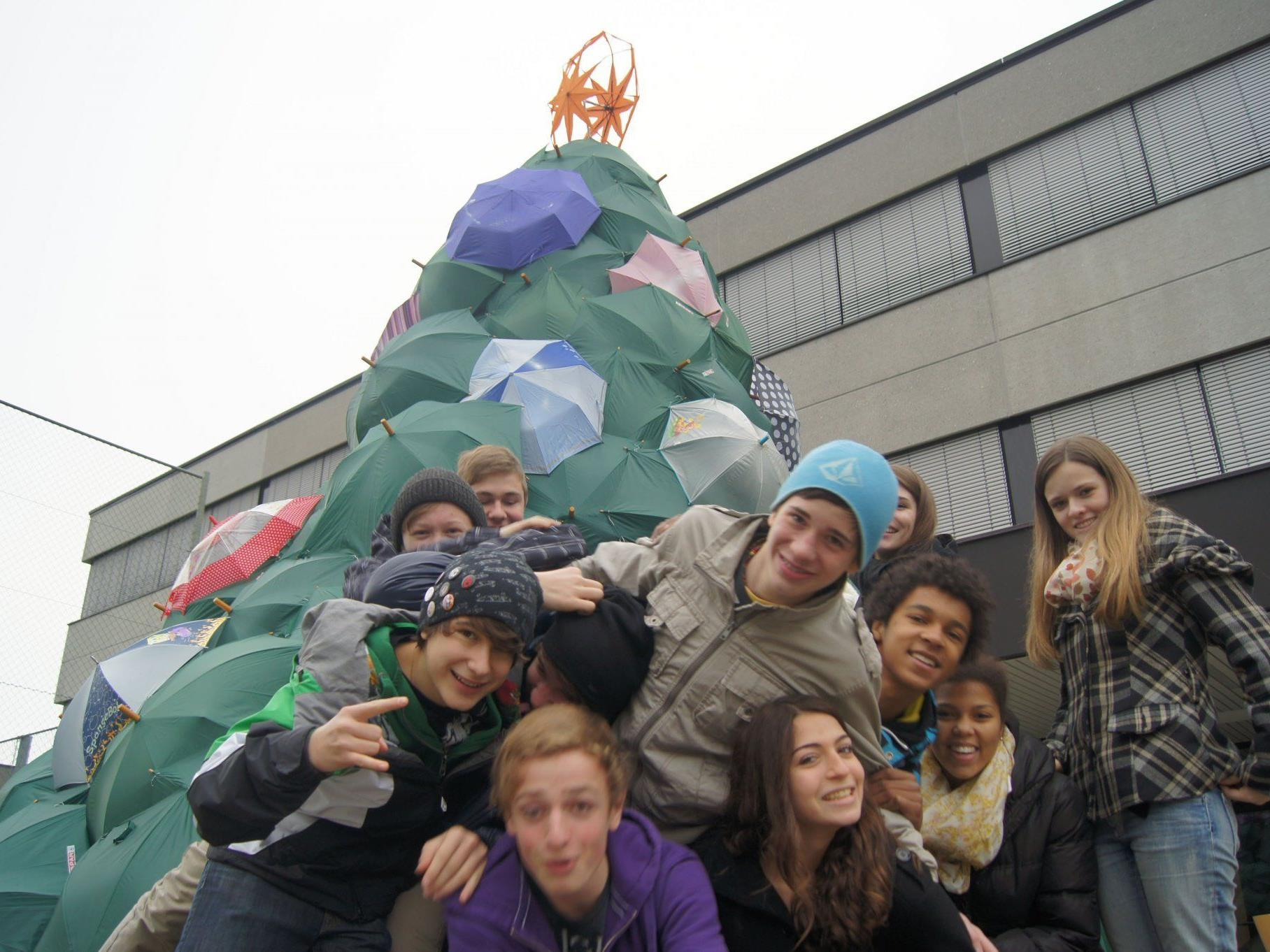 Die Künstlerinnen und Künstler vom BG Blumenstraße vor ihrem Schirm-Christbaum.