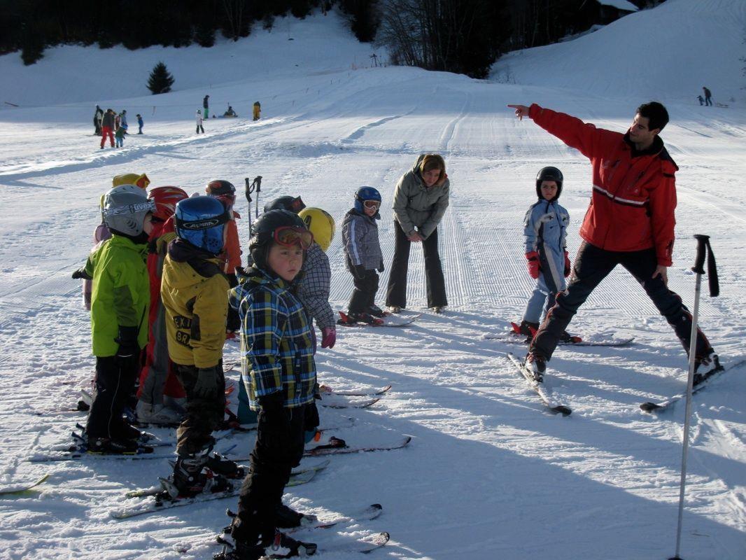 Viele Kinder genießen einen Skikurs im sonnigen Gurtis über die Weihnachtsferien