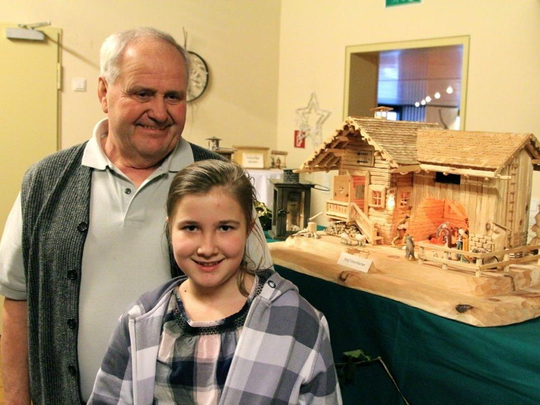 Enkelin Franziska ist begeistert, was Opa Josef Unterthurner als Holzschnitzer zustande bringt
