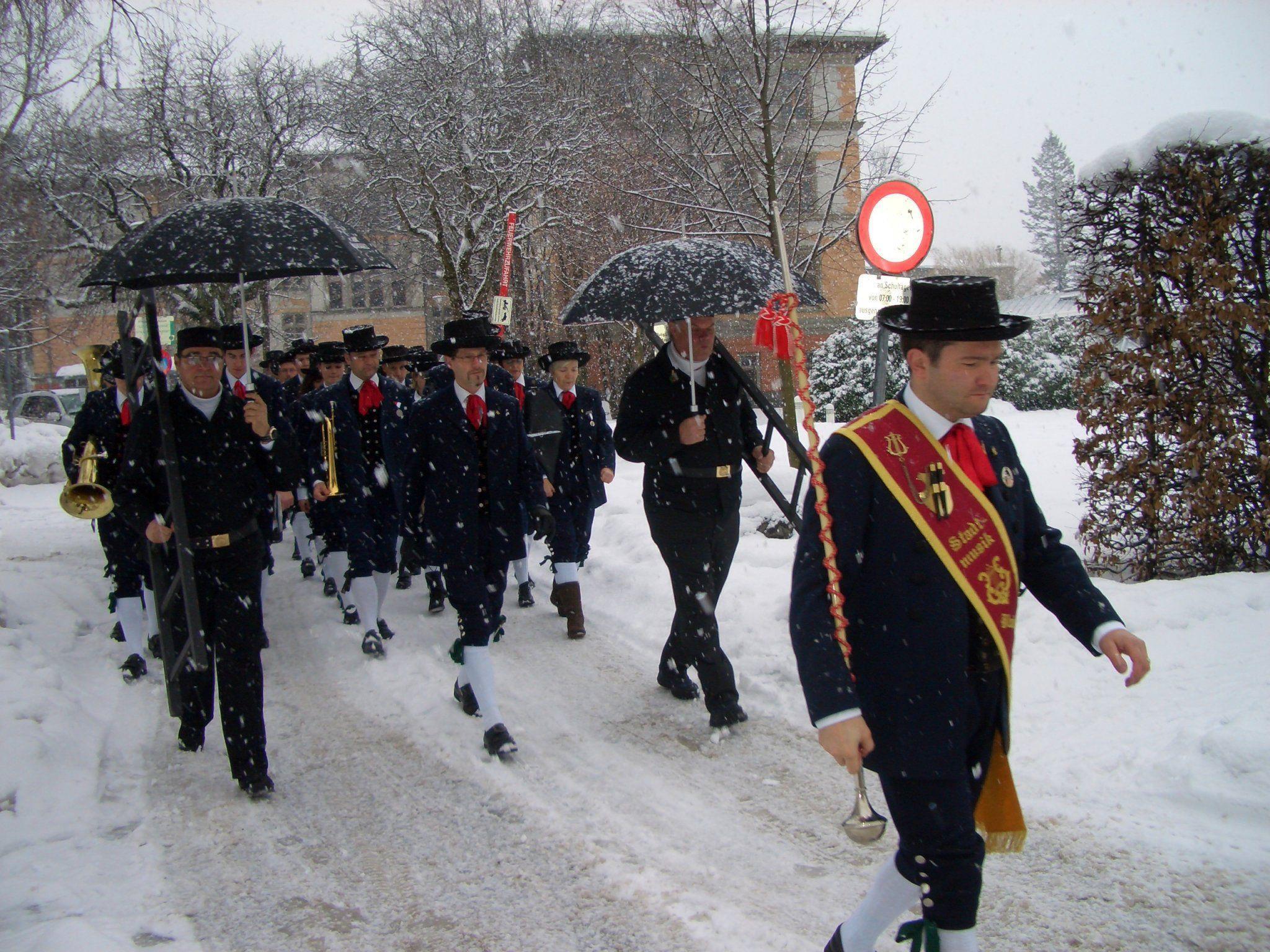 Schneefall begleitete die Stadtmusik beim Silvestermarsch.