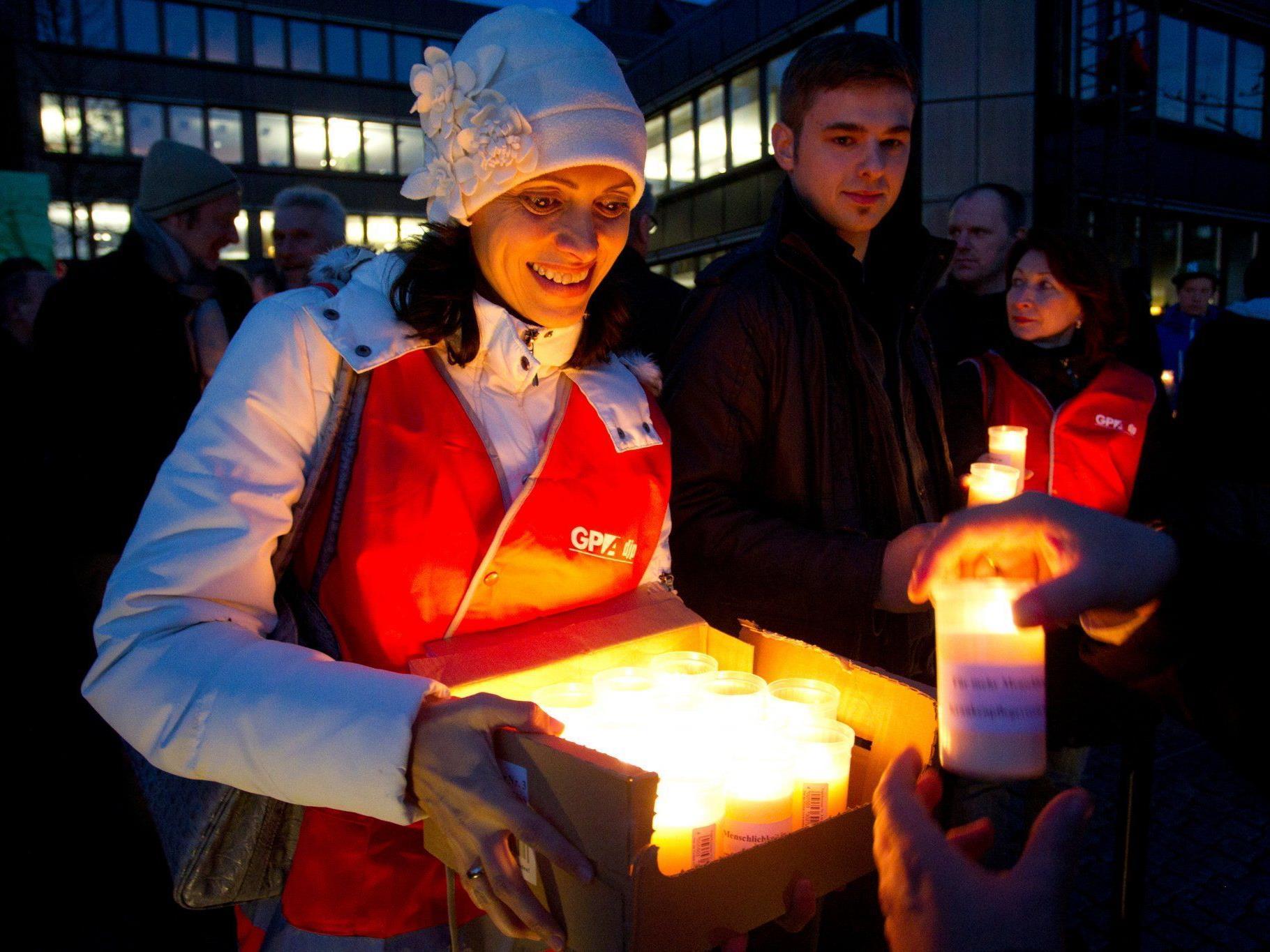 An alle Teilnehmer wurden brennende Kerzen verteilt.