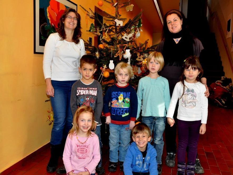 Mit viel Freude schmückten die Kinder vom Kinderhaus den Christbaum im Gemeindeamt.