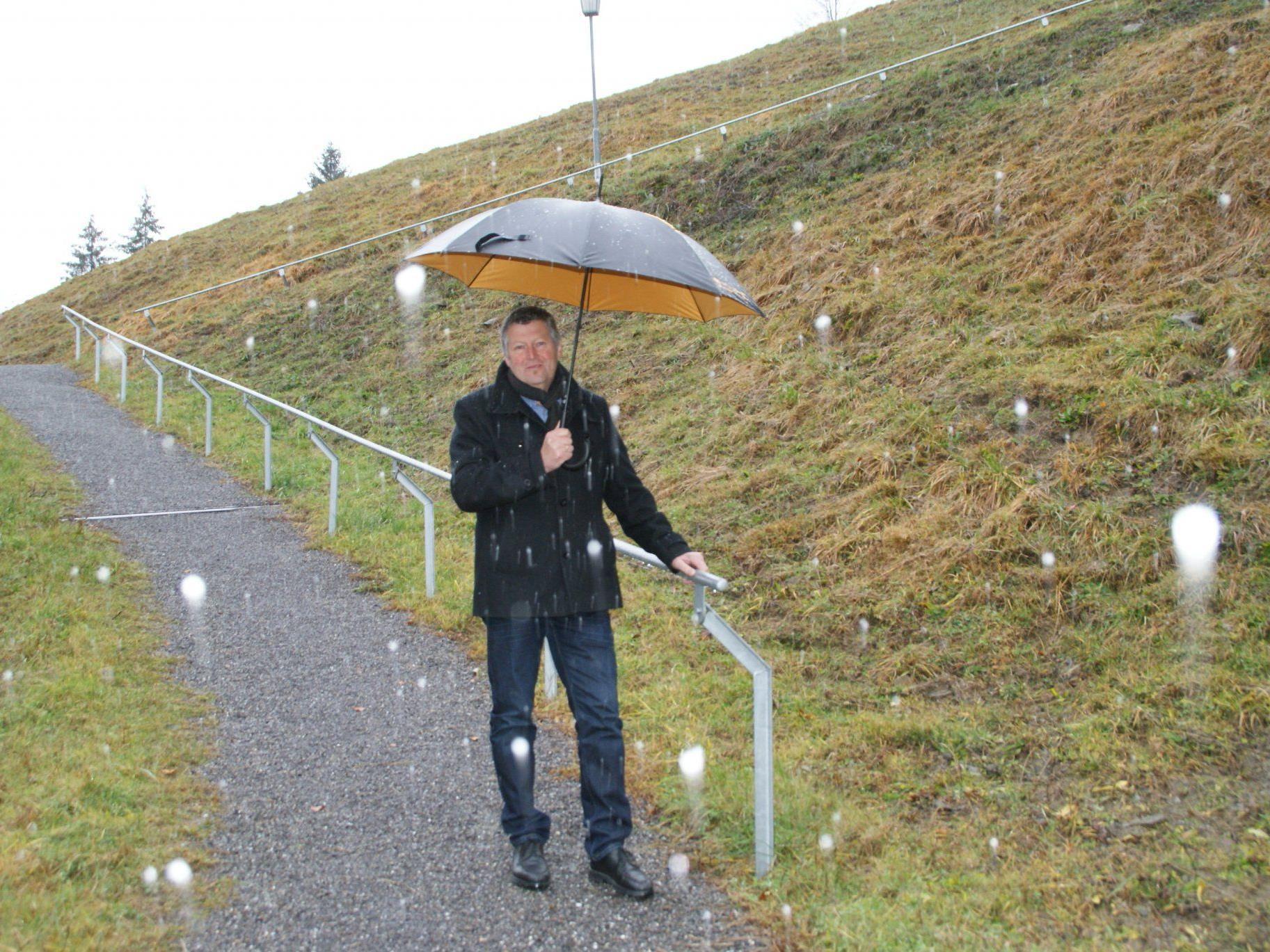 Bürgermeister Josef Bischofberger testet den neuen Gehweg