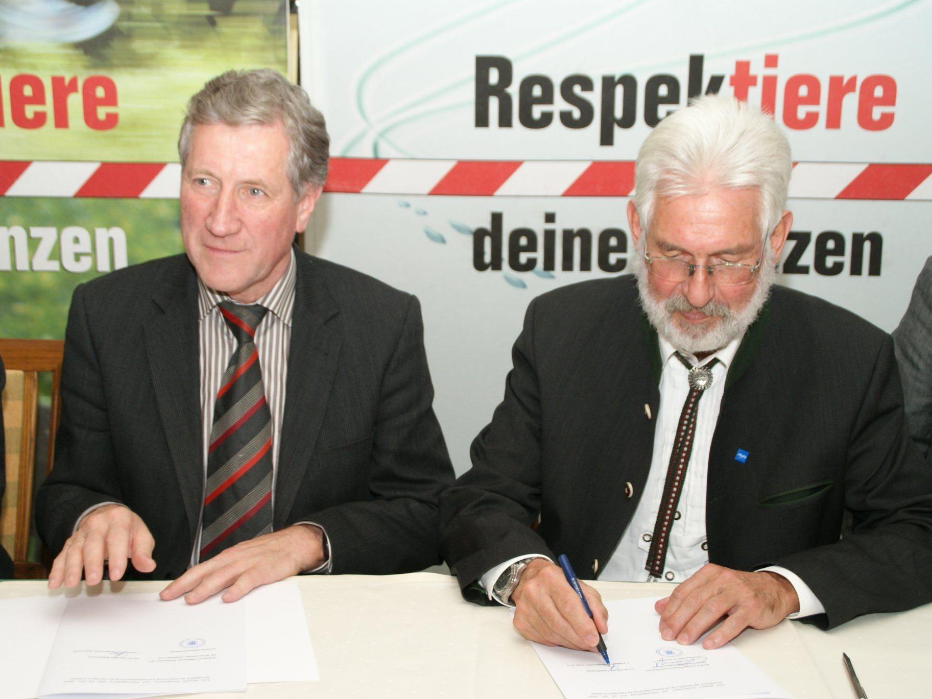 Landesrat Schwärzler und der 1. Vorsitzende des Naturparks Nagelfluhkette, Bürgermeister Walter Grath aus Oberstaufen, bei der Vertragsunterzeichnung.