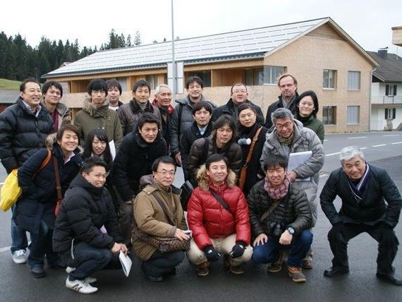 Interessiert am Vorarlberger Passivhaus: Die Gäste aus Japan vor dem Wohngebäude in Krumbach.