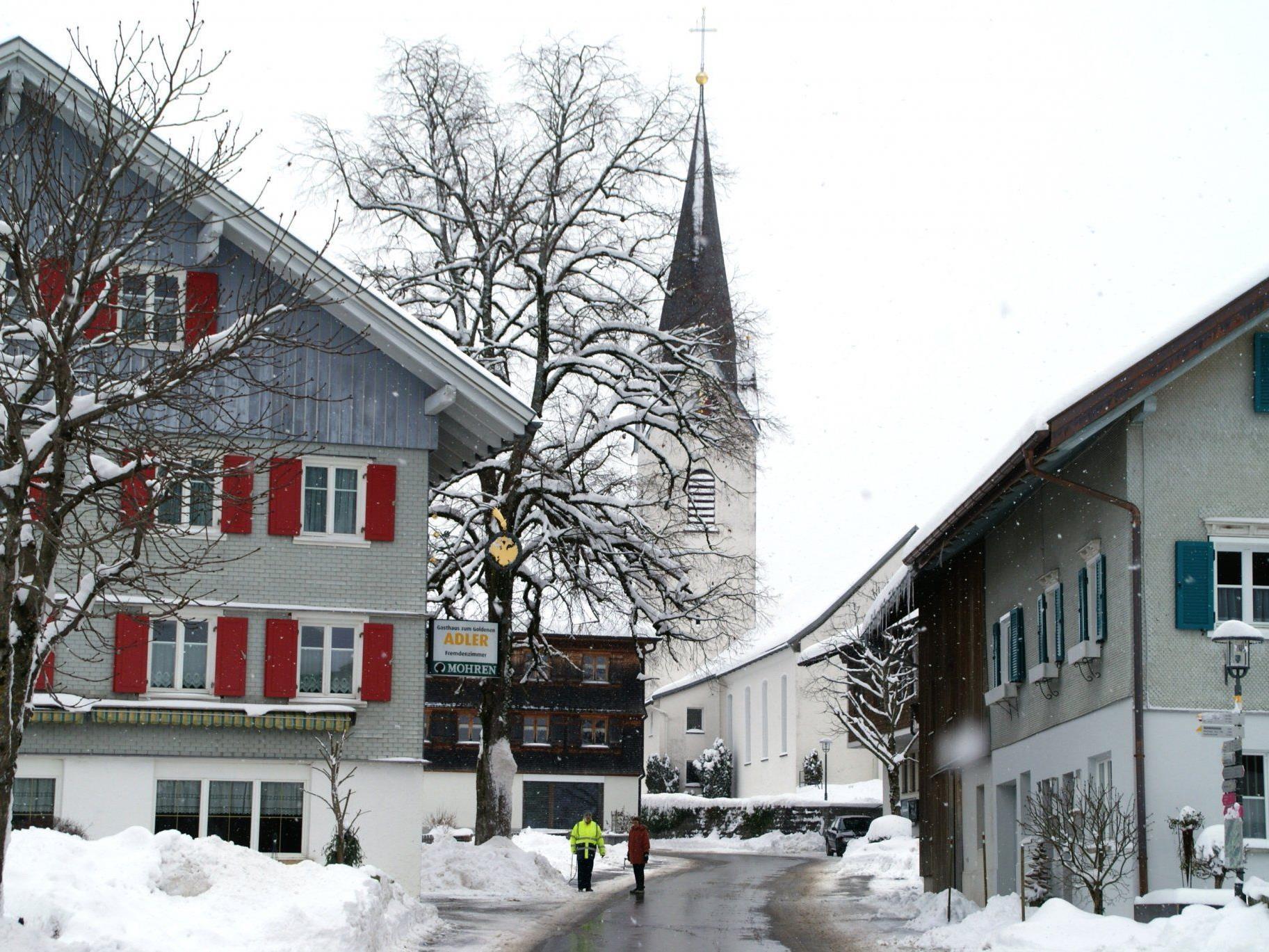 Zwei Touristen erkunden das Ortszentrum in Riefensberg