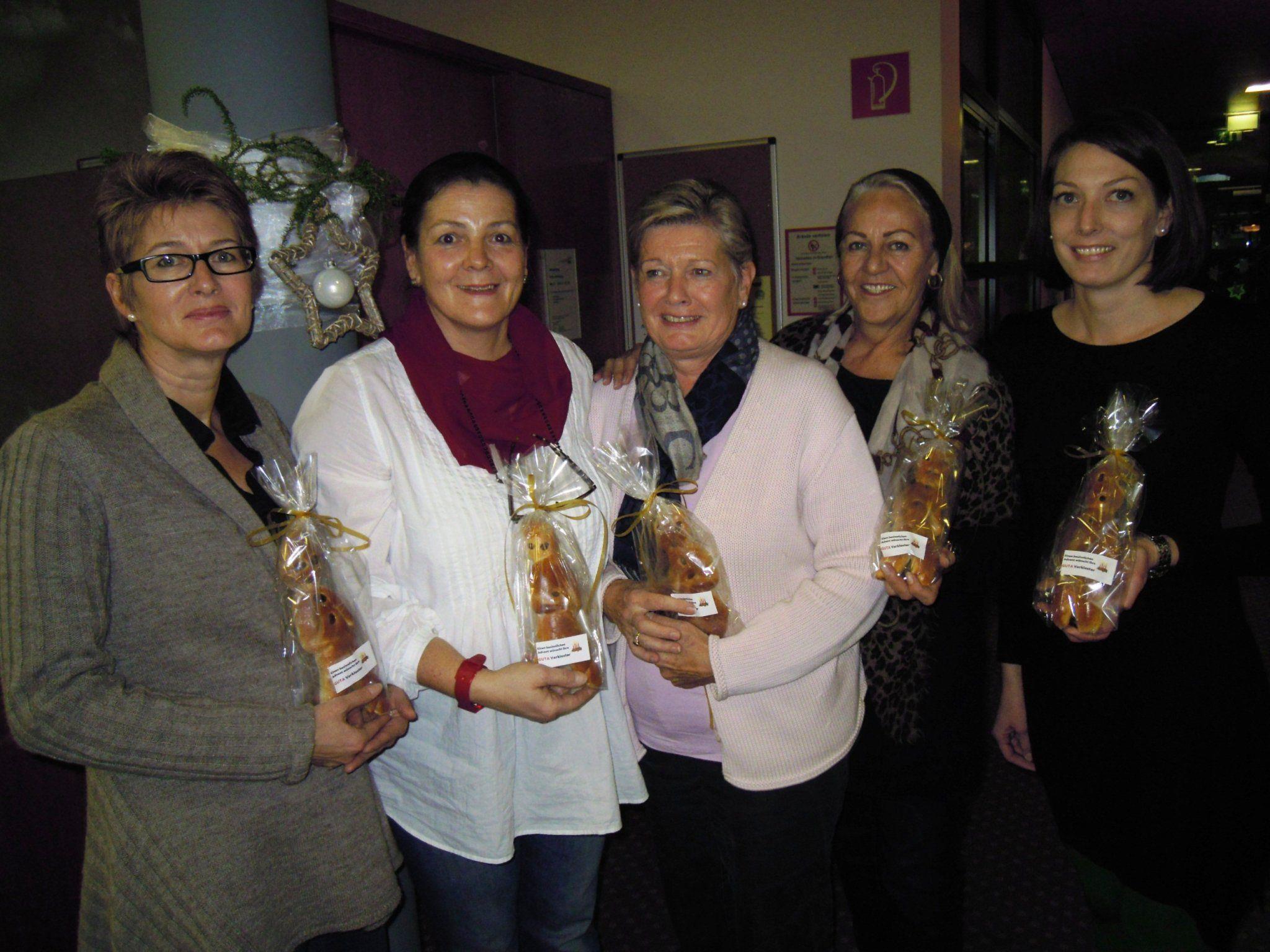 Die Frauen der GUTA Vorkloster verteilen Klosamändle in den Sozialzentren.