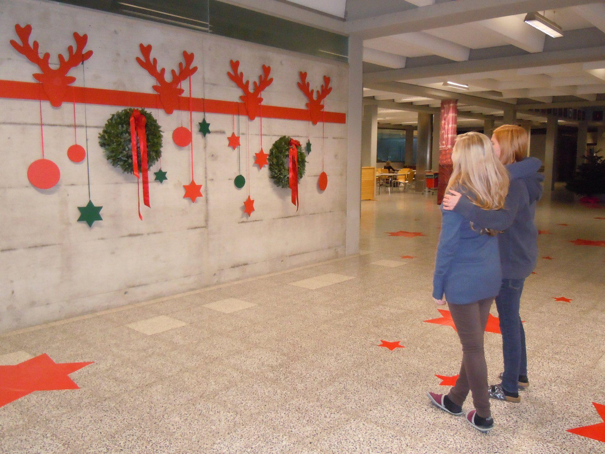 Eva und Lisa bestaunen die Schülerarbeiten