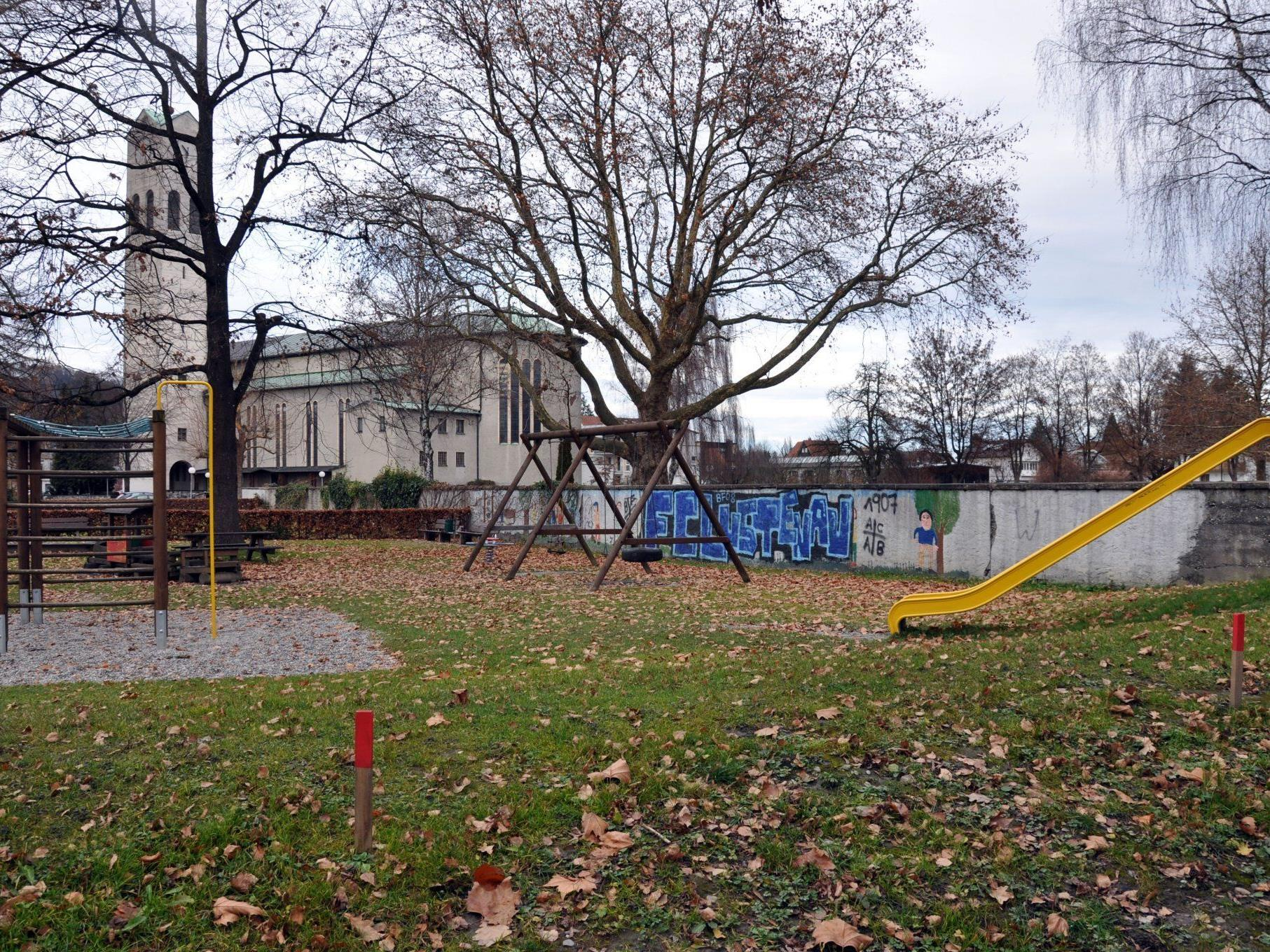 Am Standort des jetzigen Kinderspielplatzes wird der neue Kindergarten Rheindorf gebaut.