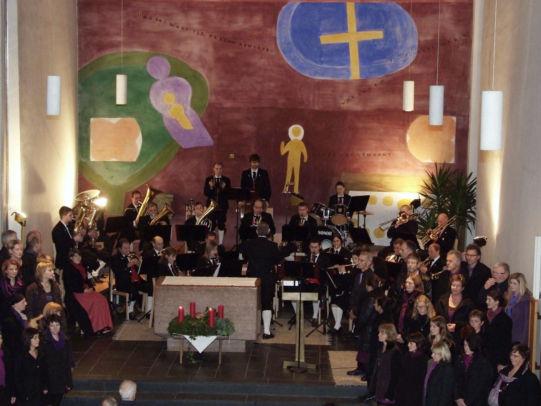 Adventstimmung in der Propsteikirche mit Chor, Blasmusik und Walser Mundart.