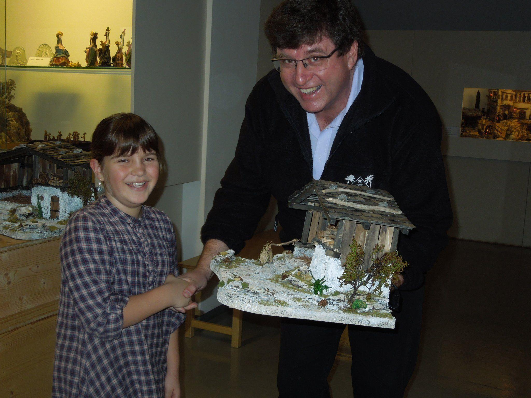 Walter Mäser, Obmann vom Krippenverein, überreichte Fabienne Hofer ihre gewonnene Krippe.