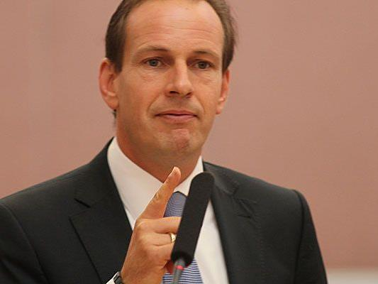 FPÖ Klubobmann Dieter Egger mahnt Nulllohnrunde auch für Bürgermeister ein.