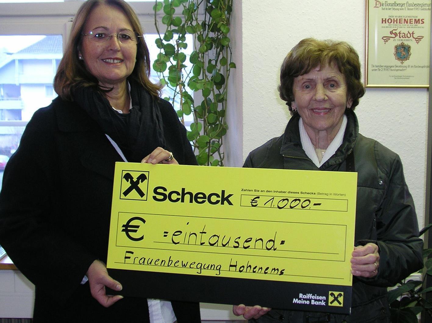 LAbg. Monika Reis (l.) übergab den Scheck an die Leiterin des Hilfswerks Gertrude Klien.