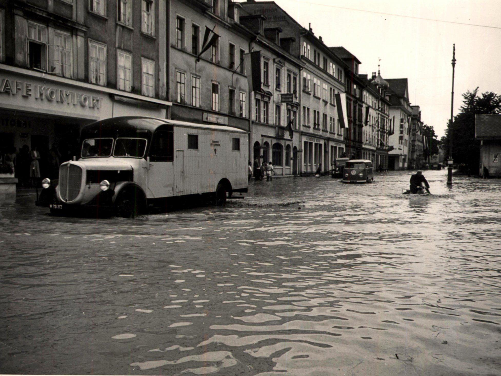 Gorbach steuerte den Fiat-Paketpostwagen in der Bregenzer Bahnhostraße (Hochwasser 1956)