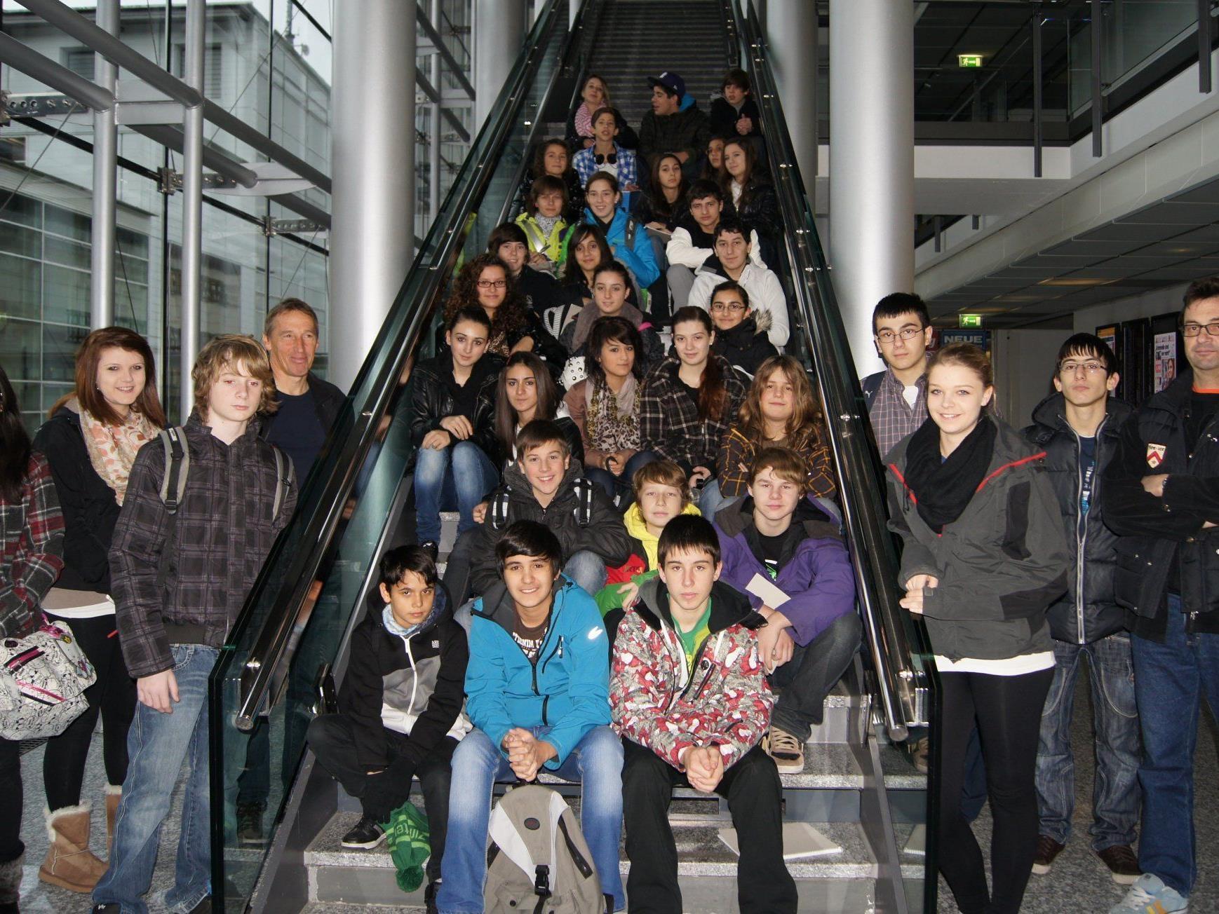 Schülerinnen und Schüler der 4. Klassen der VMS Kirchdorf waren zu Besuch im Medienhaus.