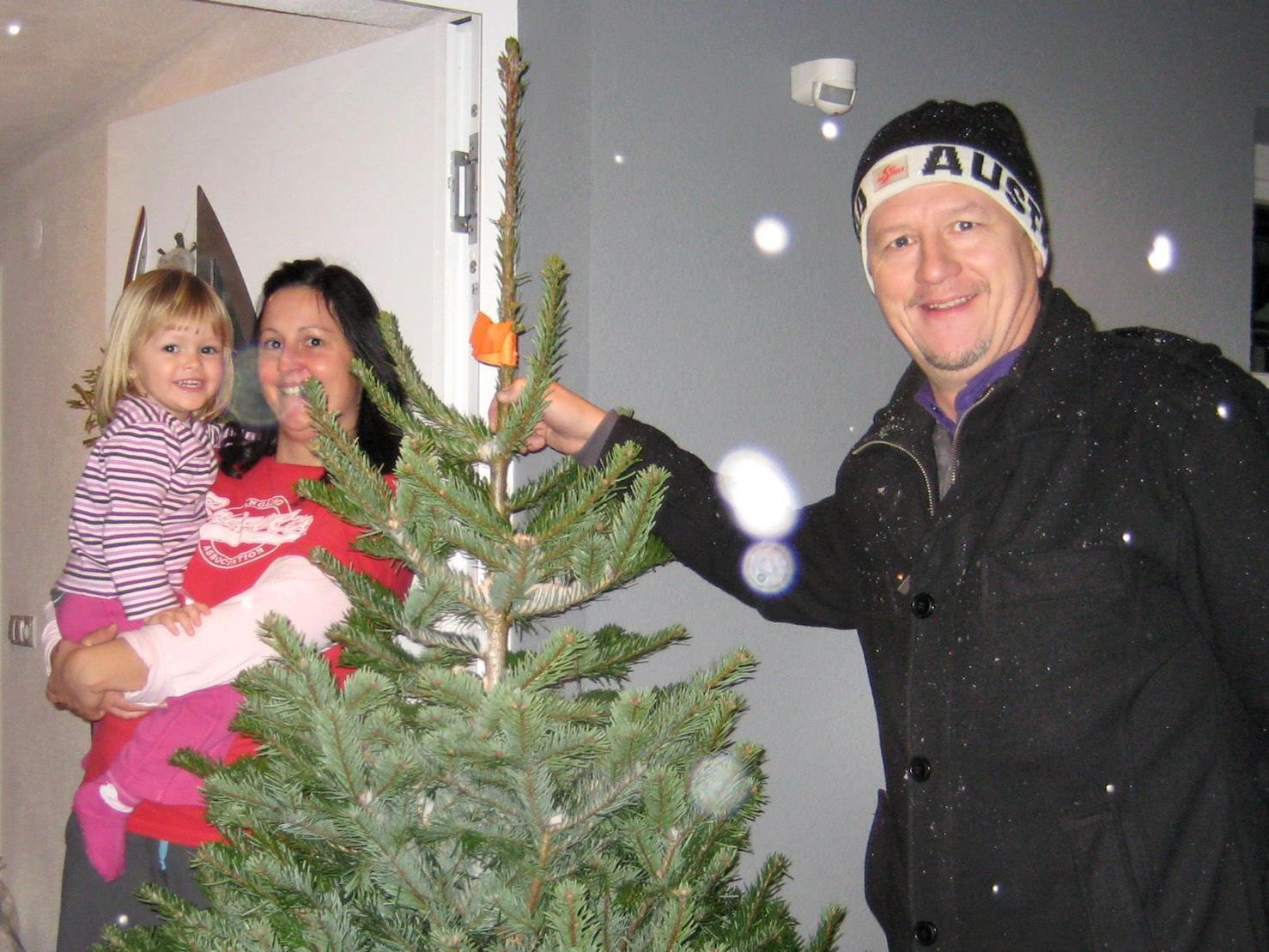 Klaus Meusburger von der Hypo Höchst bringt als Christbaumlieferant Freude ins Haus.