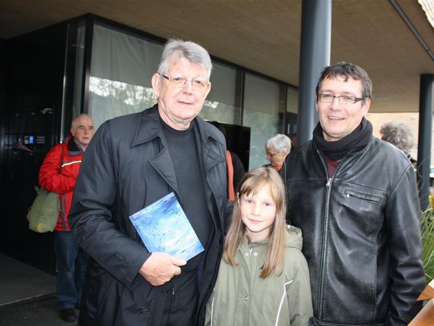 Thomas Berger-Holzknecht mit Tochter Johanna bei der Übergabe an Bischof Erwin Kräutler.