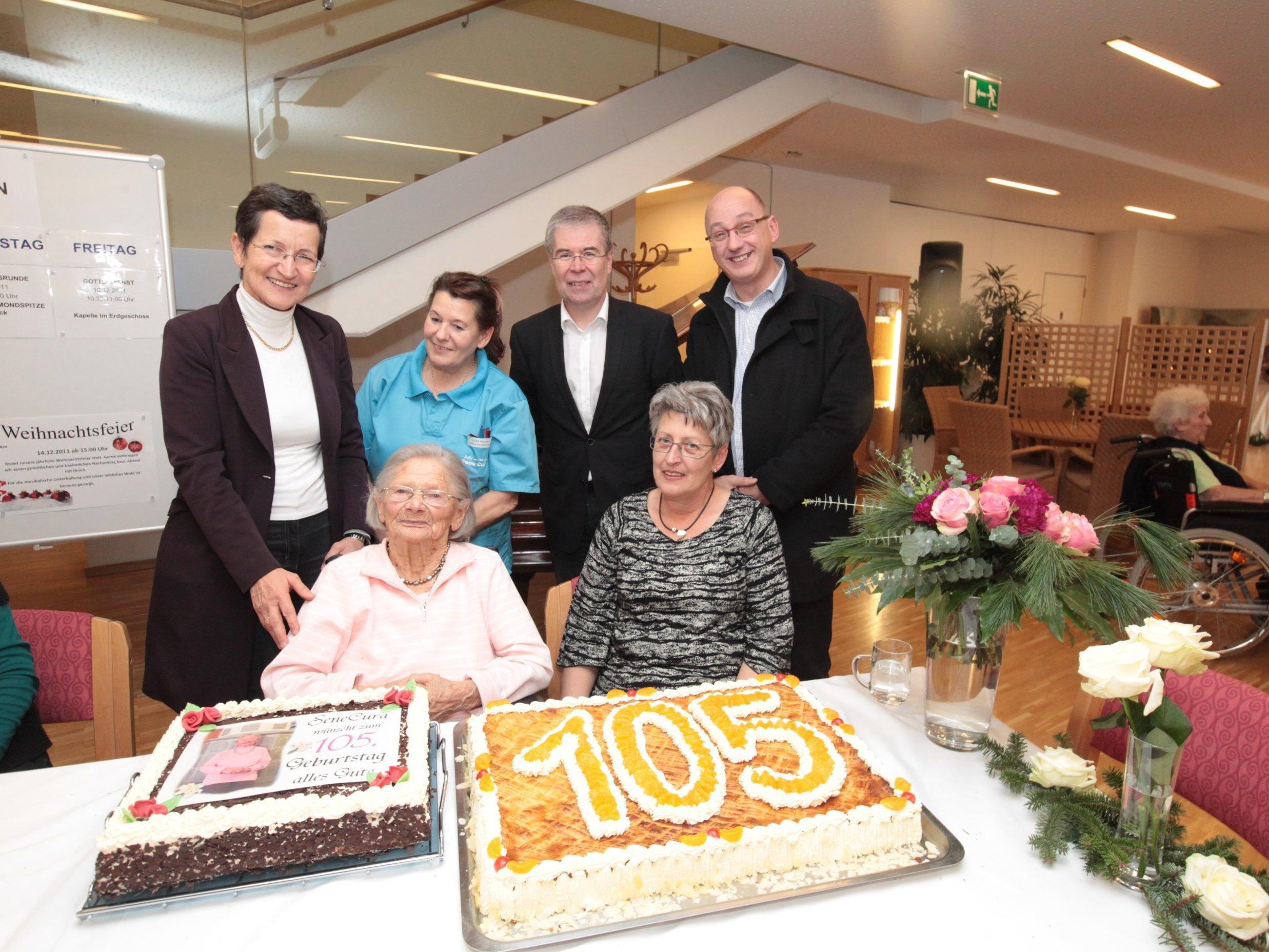 Viele Gratulanten, unter ihnen auch Landesrätin Greti Schmid, fanden sich ein, um mit Blumen, Sekt und Torten SeneCura Bewohnerin Maria Sedelmeyer (vorne links) hochleben zu lassen.