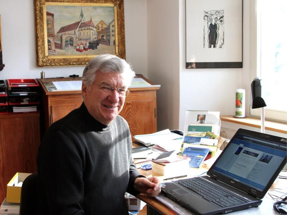 Dompfarrer Rudolf Bischof freut sich über die neue Homepage seiner Pfarre.