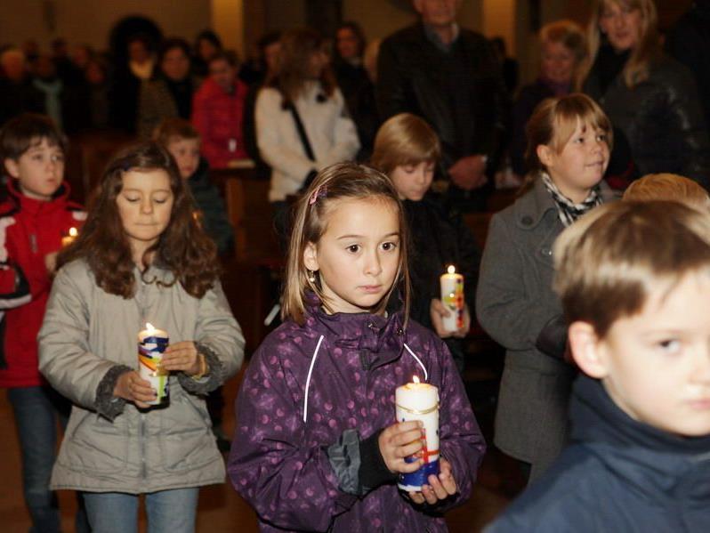 Mit einem Lichtereinzug der Schüler wurde die Messe eröffnet.