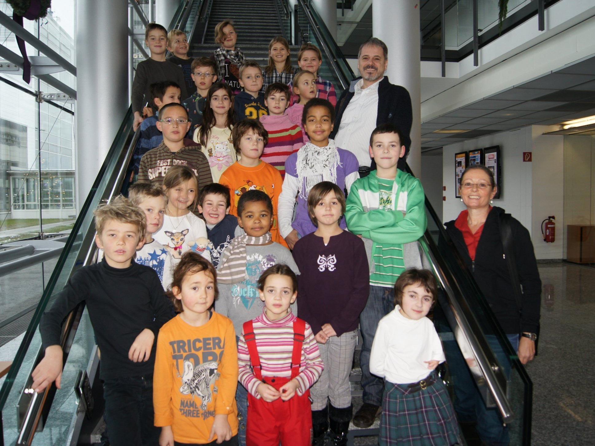 Schüler der Montessori-Volksschule Heilgereuthe im Medienhaus.