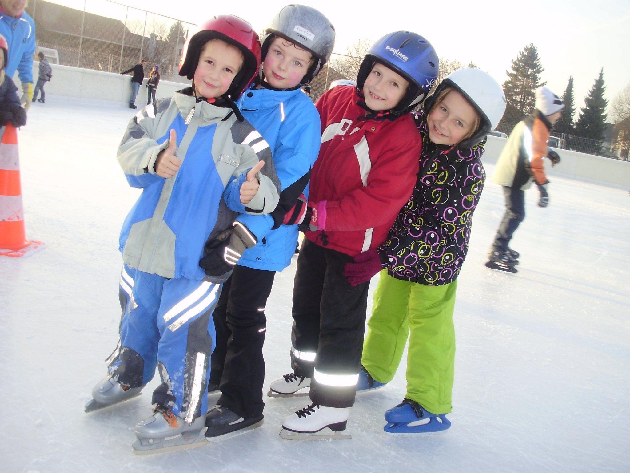 Viel Spaß auf dem Eis haben auch Marvin, Florian, Amanda und Senta.