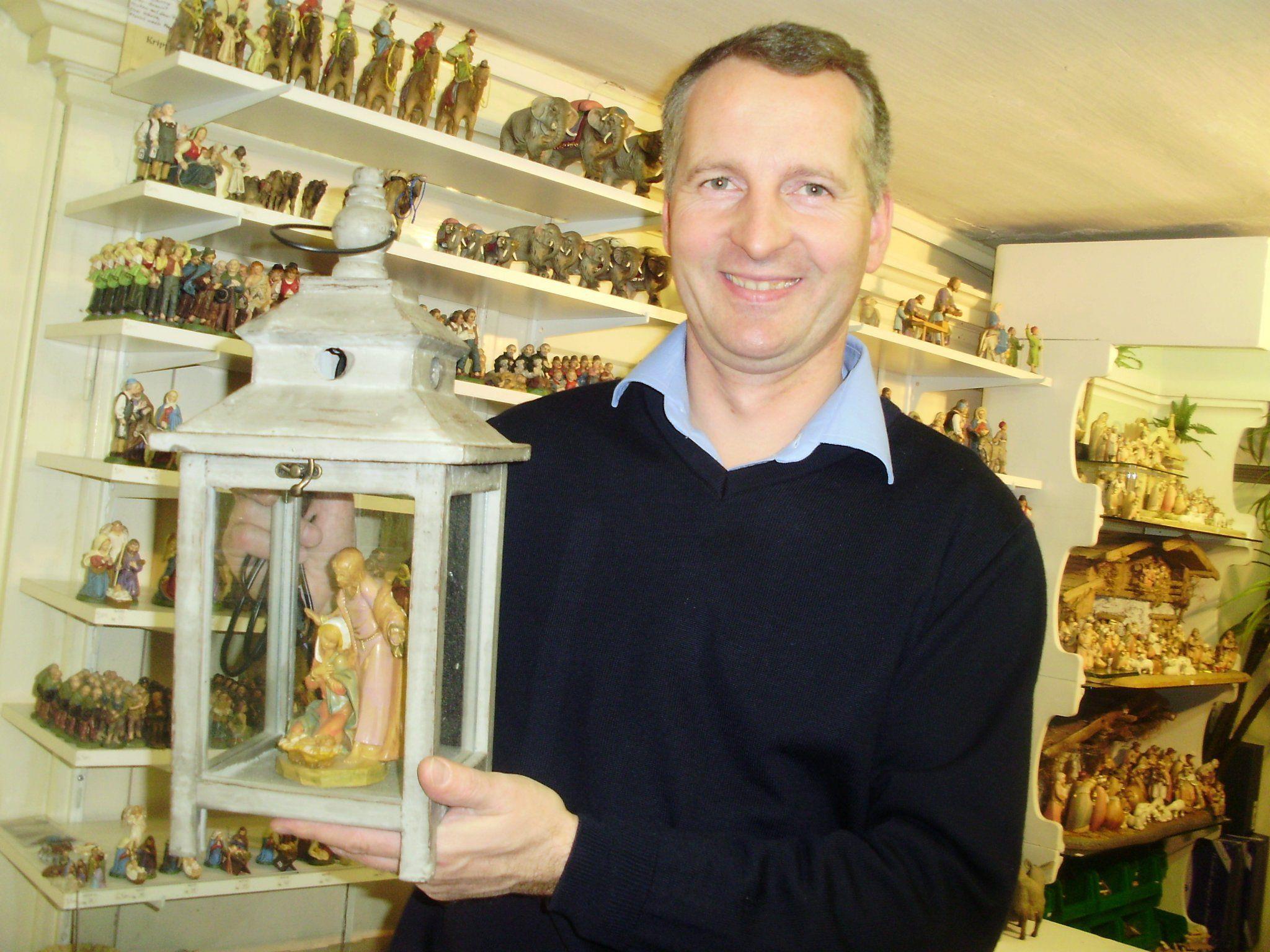 Martin Sinnstein mit Figuren, welche gerne für Laternenkrippen verwendet werden.