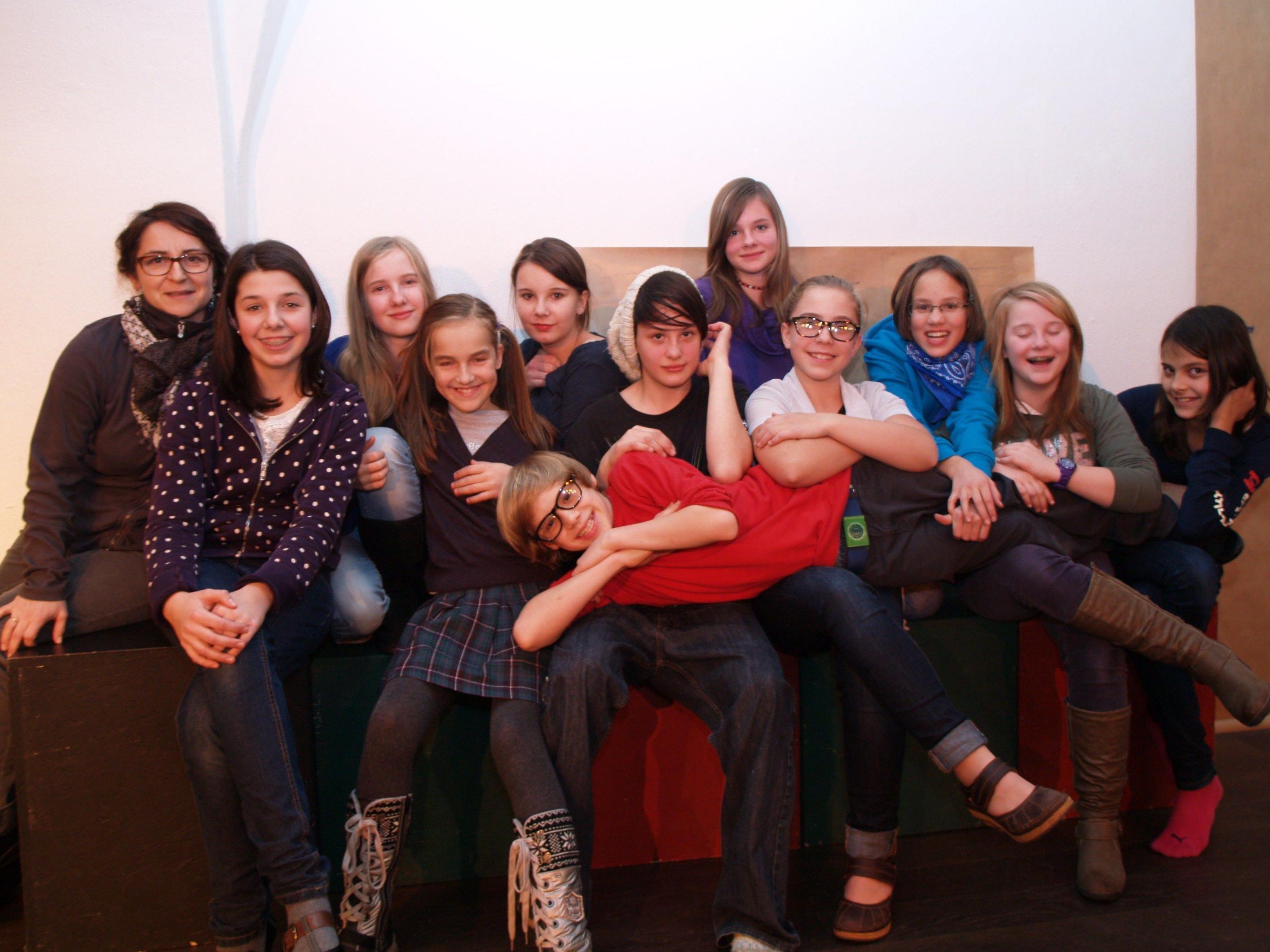 Die Jugendlichen mit Sabine Matt - Schönwetter freuen sich schon auf die Aufführung am 17. Dezember.