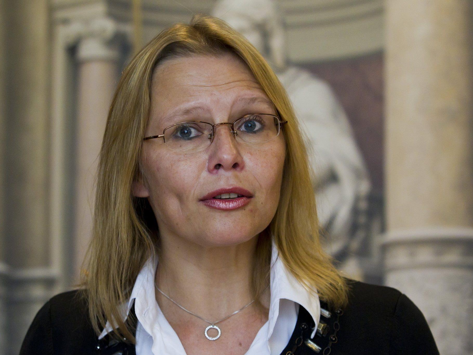 """Justizministerin Karl: """"Die Ansprüche der Geschädigten können erst befriedigt werden, wenn die Urteile am Tisch liegen."""""""