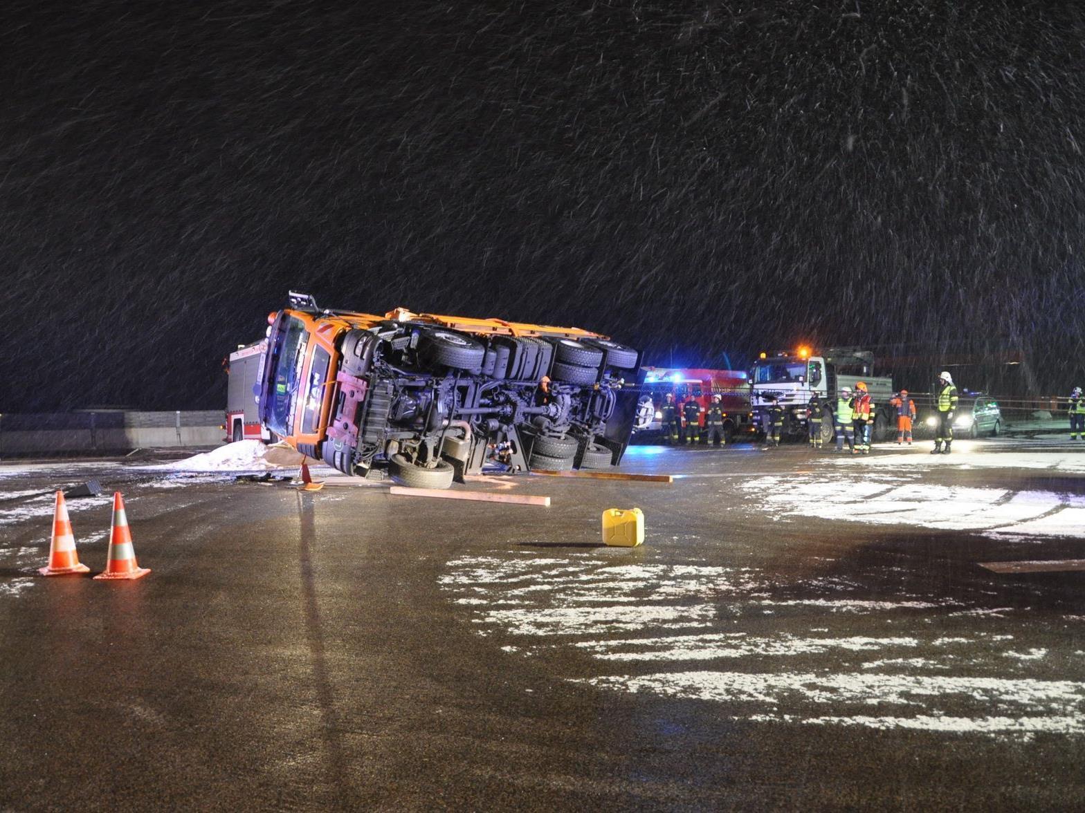 Ausgerechnet ein Streufahrzeug fiel bei Guntramsdorf um.