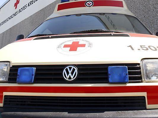 Die Rettung brachte den Mopedlenker und seine Beifahrerin ins Krankenhaus.