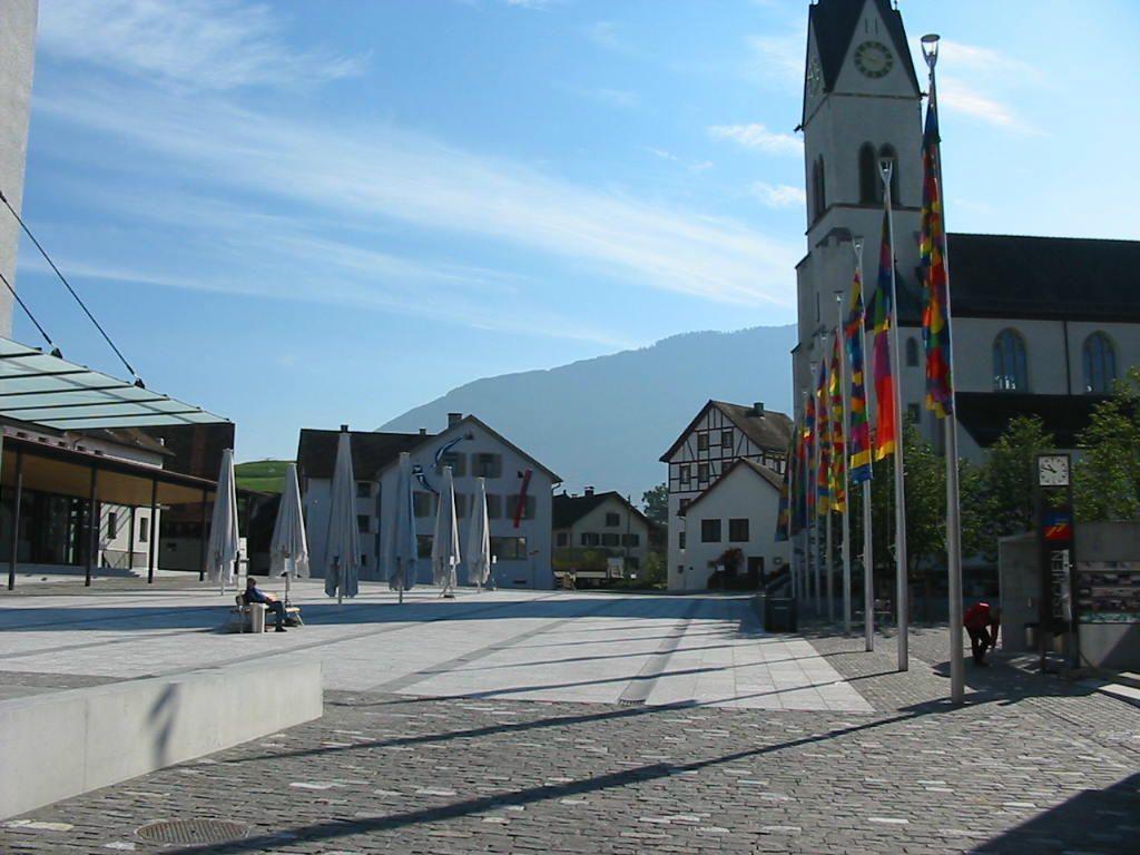 Der riesige Dorfplatz in Schaan soll neu belebt werden.