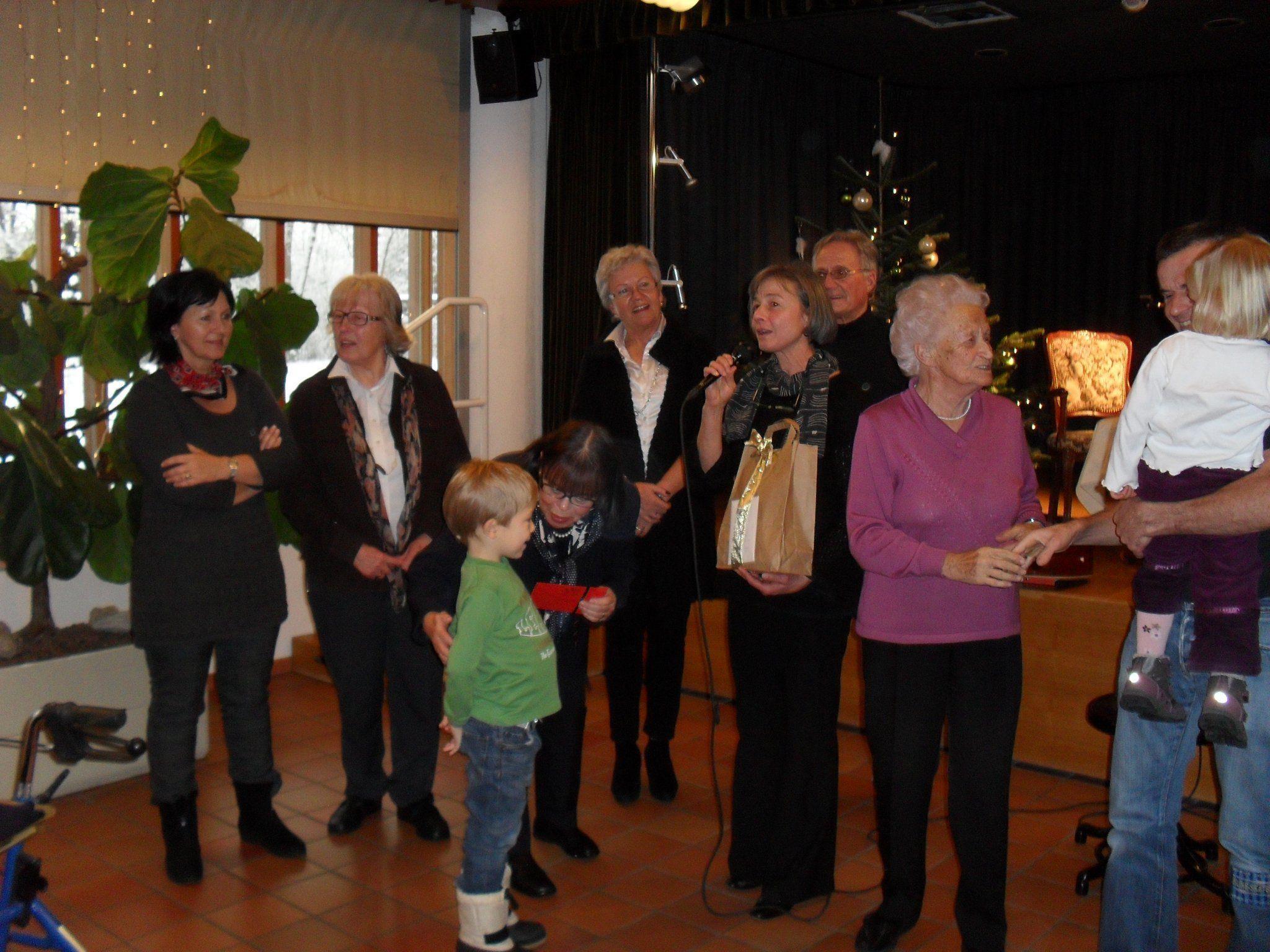 Spendenübergabe mit GUTA Damen und Organisatorin Anneliese Rümmele an Lukas und Familie