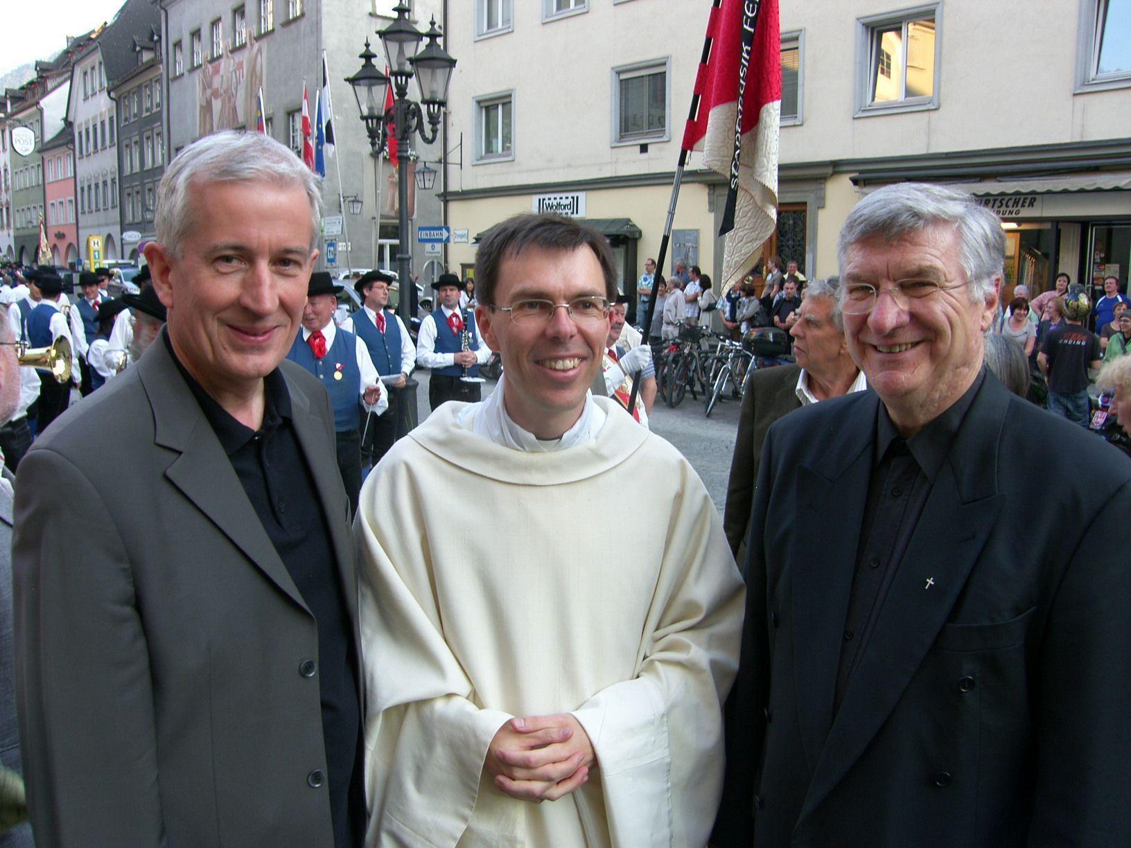 (r.) Dompfarrer Rudolf Bischof mit Primiziant Rainer Büchel und Bürgermeister Wilfried Berchtold.