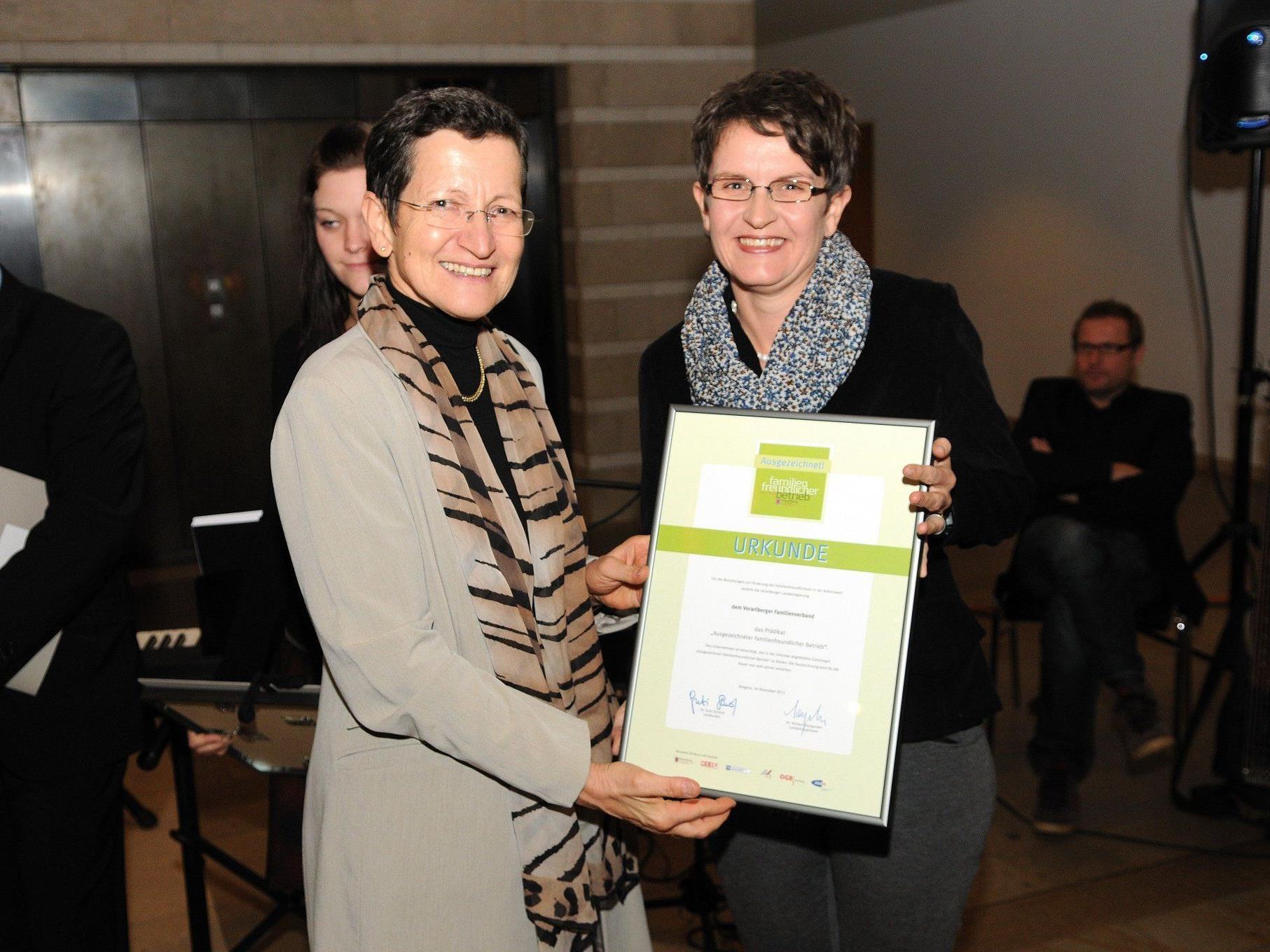 LR Greti Schmid überreicht die Urkunde an Familienverbands-Geschäftsführerin Barbara Fink.