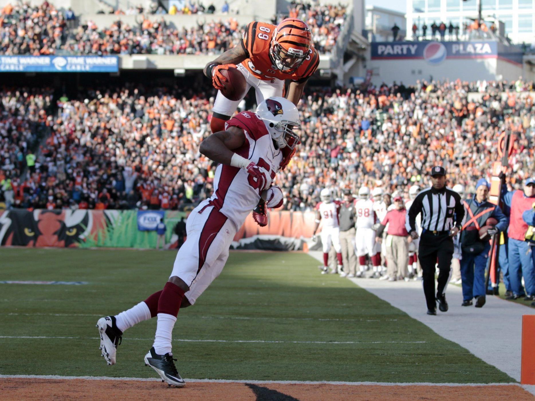 Jerome Simpson von den Cincinnati Bengals überspringt Daryl Washington von den Arizona Cardinals.