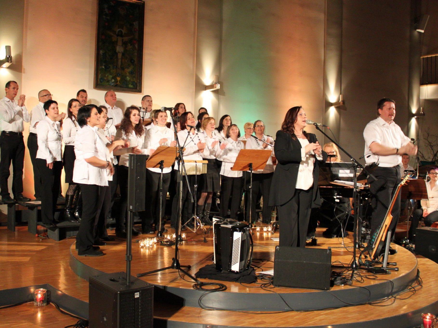 Erfolgreiches Weihnachtskonzert: Weltstar Kathy Kelly mit Chor Joy in der Pfarrkirche Altach