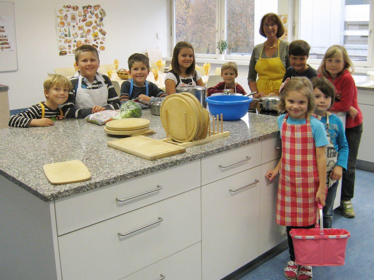 """Gemeinsames Kochen mit Spaß beim Kurs """"Kinder kochen kreativ""""."""
