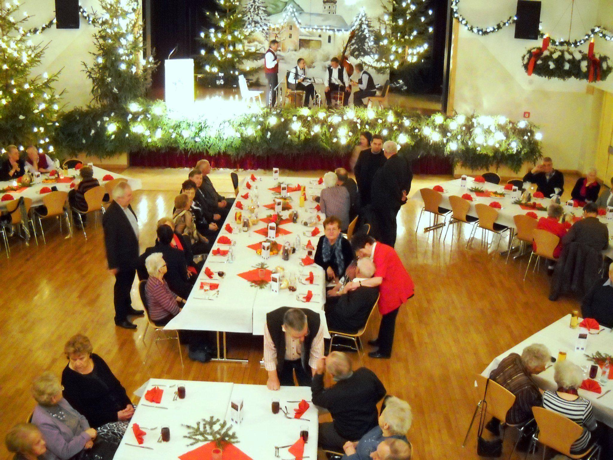 Blick in den sich Stadtsaal, 10 Minuten vor Beginn der Weihnachtsfeier des PVÖ-Bludenz