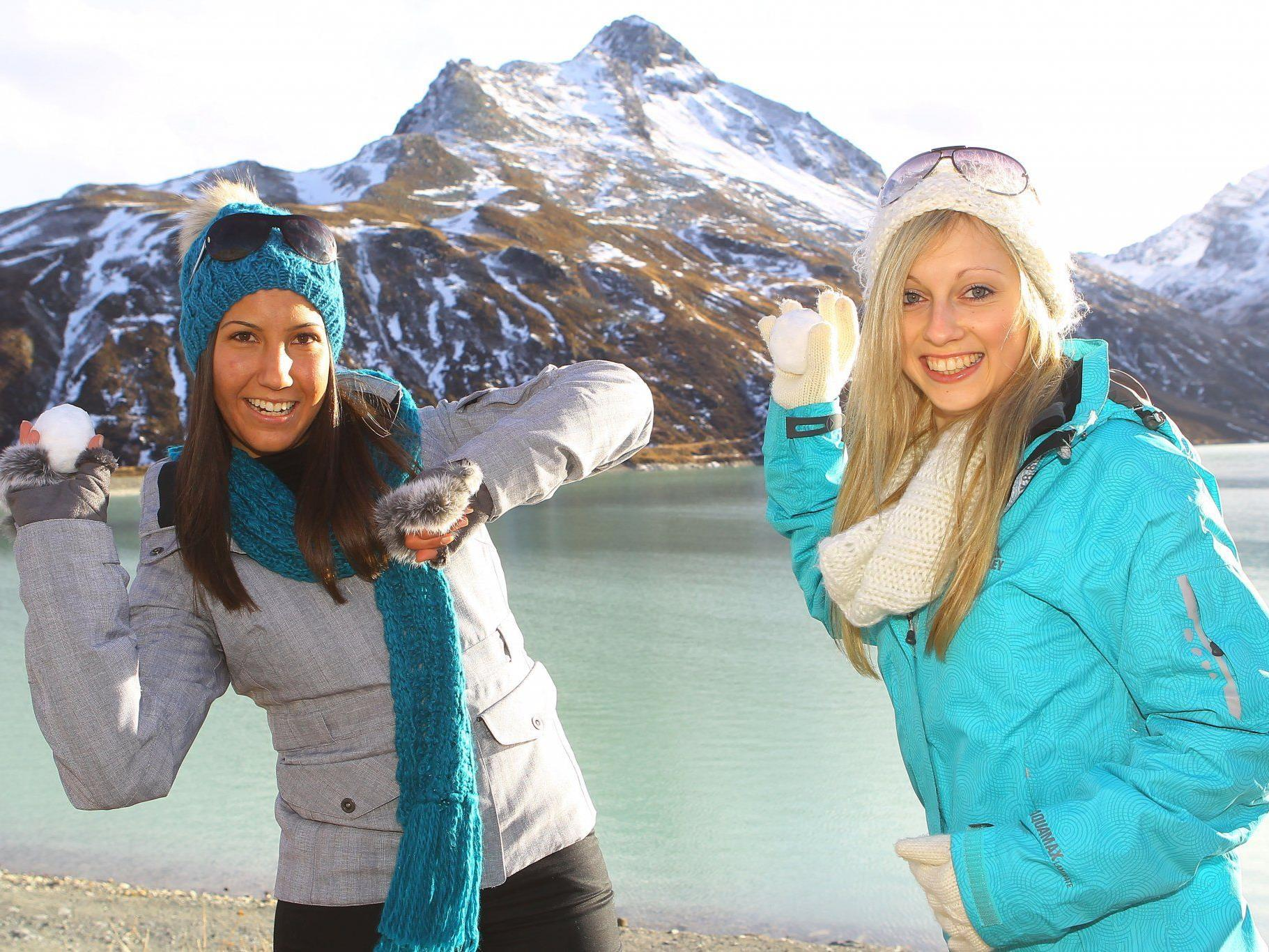 Jana aus Rankweil (rechts) lieferte sich mit Melanie aus Feldkirch eine erste zaghafte Schneeballschlacht auf der Bieler Höhe.