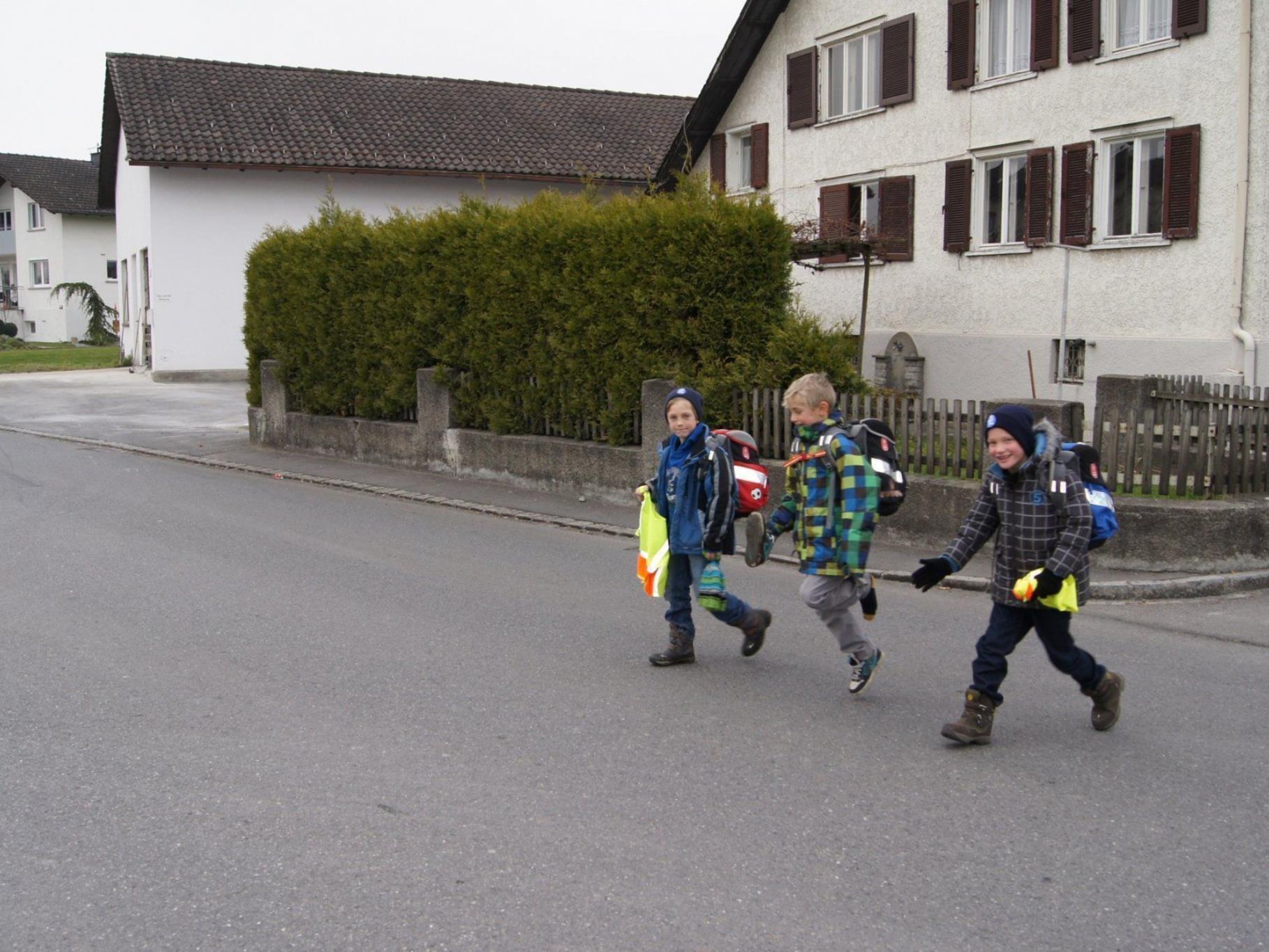 Schulkinder im oberen Teil müssen täglich die Straße ohne einen Schutzweg überqueren.