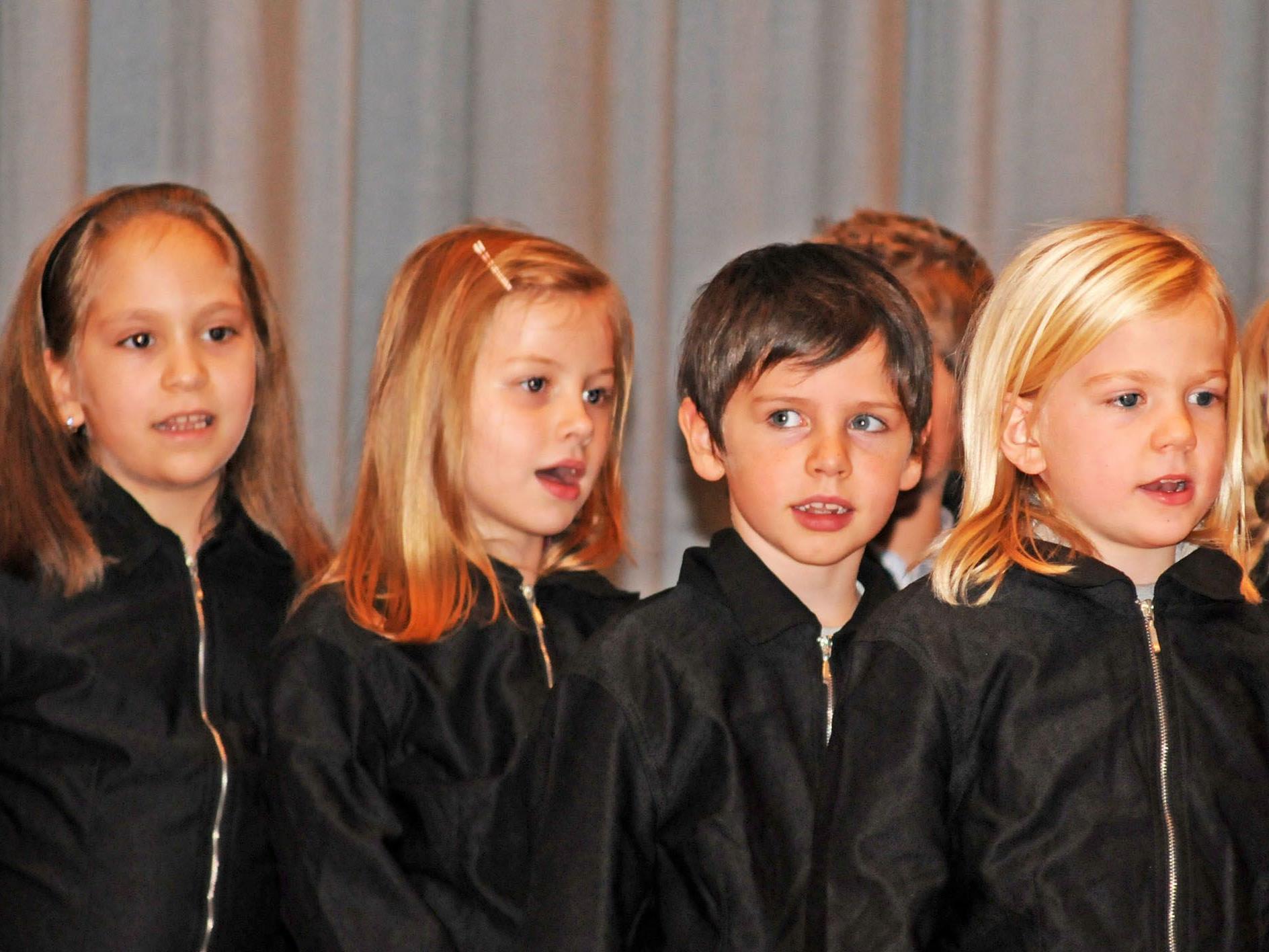 Die Fußacher Volksschüler bei ihrem Auftritt in der Rheinblickhalle in Gaißau