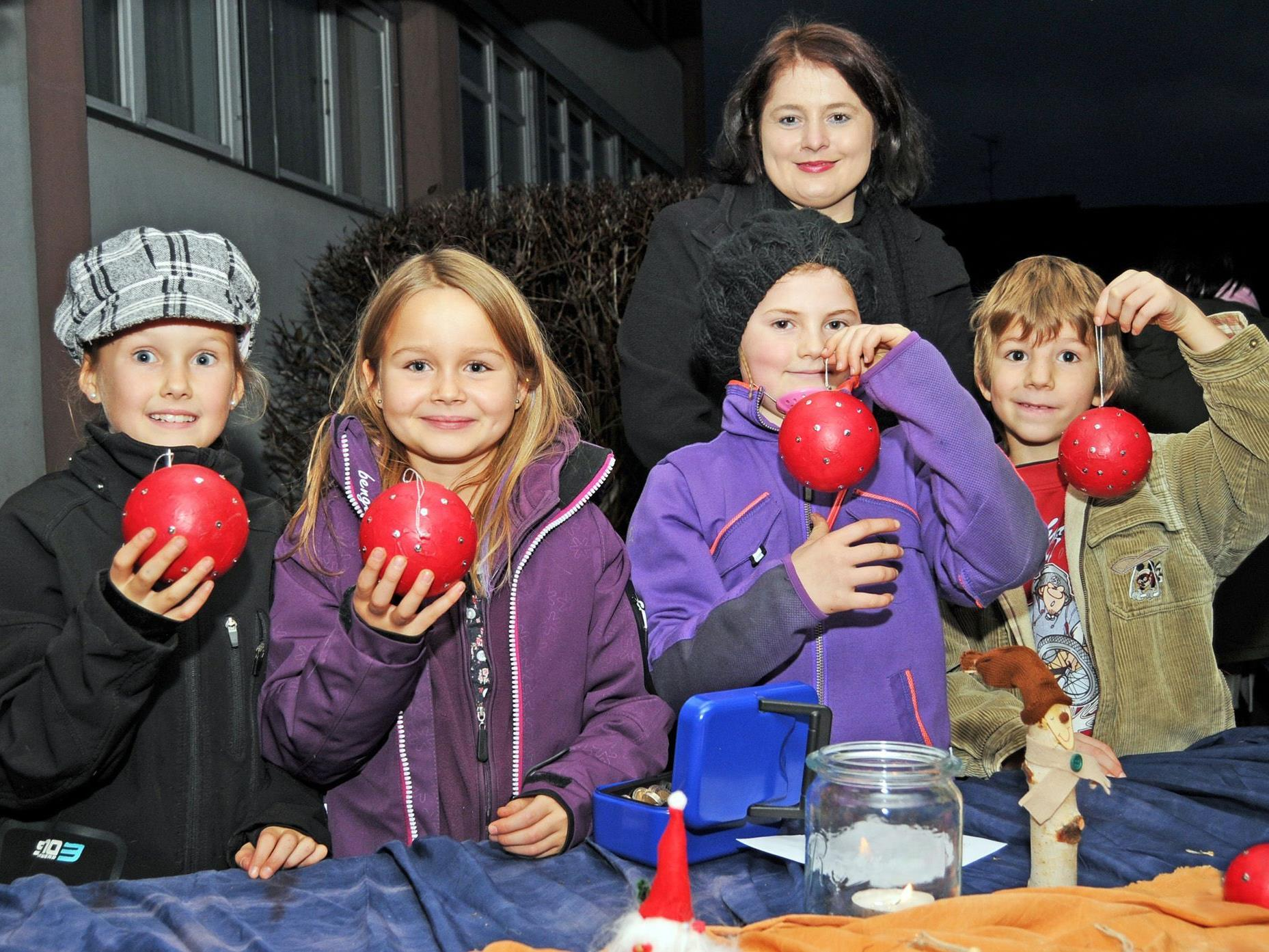 Selbstgemachte Christbaumkugeln beim Adventmarkt der VS Unterdorf in Höchst