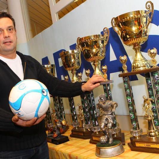 """Turnierchef Alexander """"Büffel"""" Bernhard hat die Pokale schon parat."""