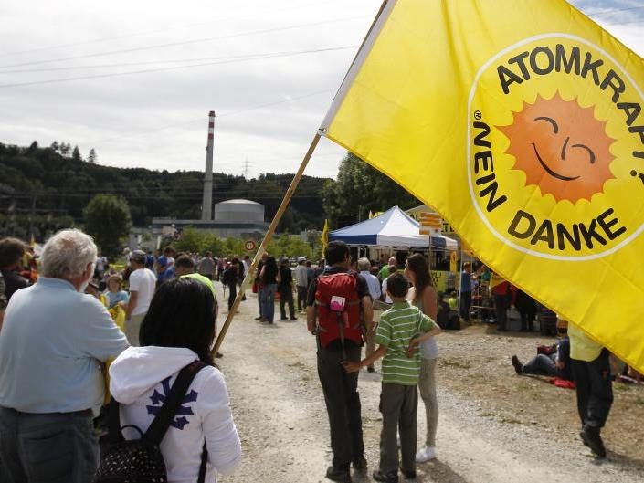 Wie die Atom-Gegner, hier bei einer Demo im Juni, kämpft auch Vorarlberg für die Abschaltung des AKW, das Risse in der Hülle aufweist.