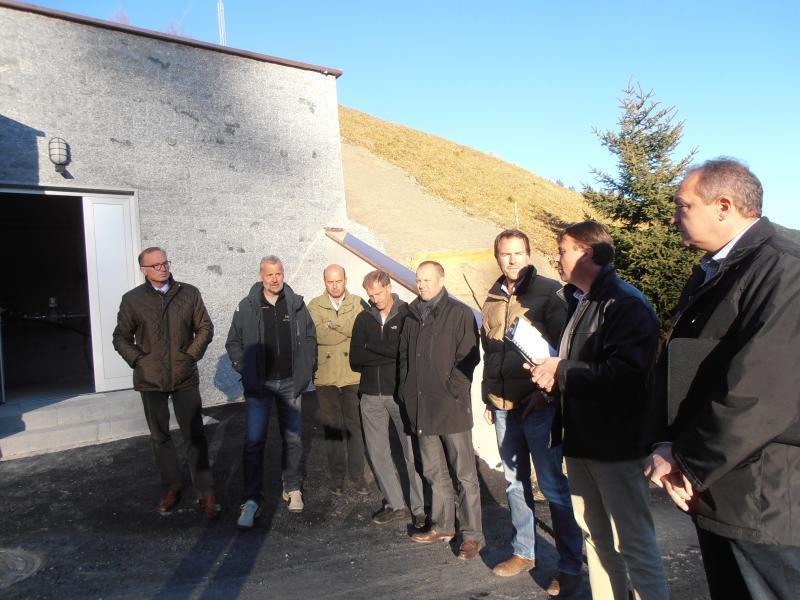 Bgm. Muxel und Fritz, ihre Vize Stefan Schneider und Markus Blank sowie Rainer Gehrmann, Lukas Ess und Rudi Fink (v. l.) erläutern das Projekt.