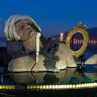"""Auf """"André Chénier"""" (unser Bild zeigt die Bühne am winterlichen See) folgt erst einmal Mozarts """"Zauberflöte"""" mit einigen Neuerungen."""